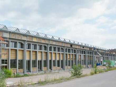 Lichtdurchflutete Loftwohnung in denkmalgeschützer Fabrikhalle mit Dachterrasse und Garten