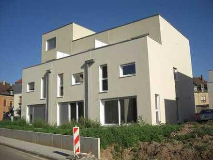 Modernes Stadthaus zum Erstbezug in ruhiger zentrumsnaher Lage mit Südgarten, Carport, Einbauküche