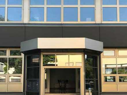 Großraumbüro mit Einzelbüros und Besprechungsraum