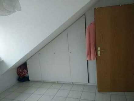 Schmuckes Dachgeschosszimmer in schöner Wohnung zu vermieten