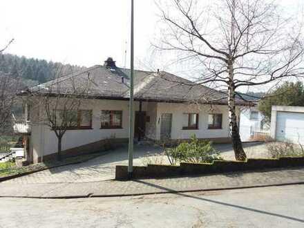 Idyllisch gelegenes Zweifamilienhaus mit großer Einliegerwohnung