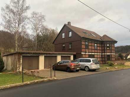 Große Zweiraumwohnung (mit Abstellraum) im EG, Holzbalkendecke, Terrasse u. Garage