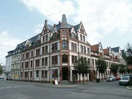 Wohnen mit dem Charme der Neogotik am Neumarkt, zentrumsnahe 3-R.-Whg. im 1. OG mit Erker und Loggia