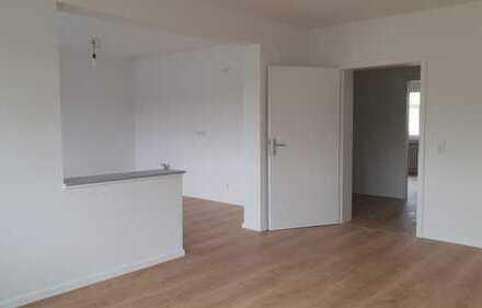 Erstbezug nach Sanierung: 5 Zimmer über 2 Etagen mit Balkon und Garage !