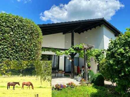 Kinderträume: eigene Pferde auf der Terrasse! Großzügiger Architekten-Bungalow - mitten in der Stadt