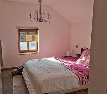 Neuwertige 2 Zimmer-Dachgeschosswohnung mit Balkon und Einbauküche in Halfing