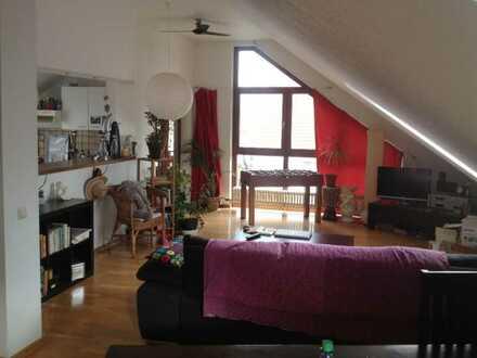 Gepflegte 2-Zimmer-DG-Wohnung mit Balkon und Einbauküche in Langen
