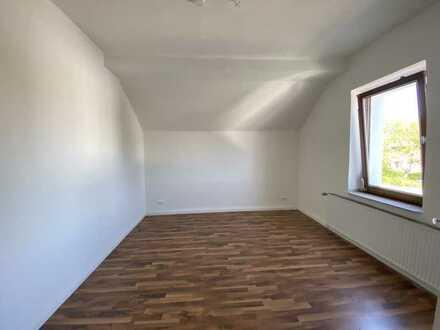 ***Renovierte Etagenwohnung, gr. Wohnzimmer, Wannenbad, Laminat, Fliesen & Küche***