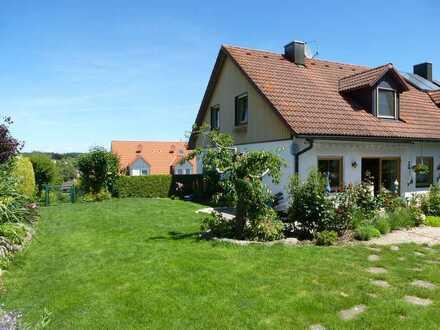 Sonnige & schöne Doppelhaushälfte mit großem Garten & Pool