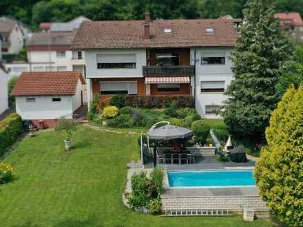 Zweifamilienhaus mit großem Garten, Pool und weiterer Bebauungsmöglichkeit in HDH zu verkaufen