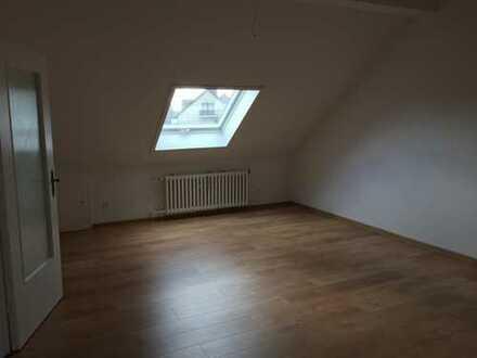 Schöne, vollständig renovierte 2-Zimmer-Dachgeschosswohnung zur Miete in Köln Meschenich