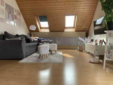 Geschmackvolle 2-Raum-Dachgeschosswohnung mit Balkon und Einbauküche in Frankfurt am Main
