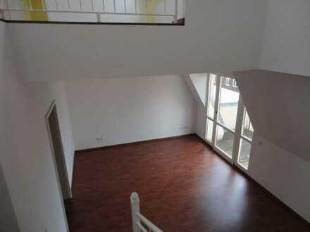 Zentral gelegene 3- Zimmer-Dachgeschoss-Maisonette mit Balkon und PKW-Stellplatz