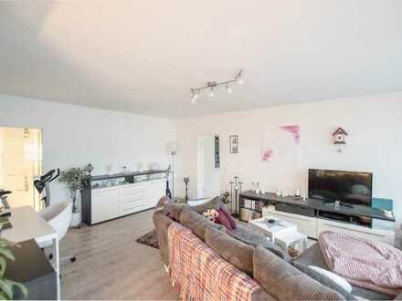 Gepflegte Wohnung mit Balkon, Einbauküche und optionaler Garage.