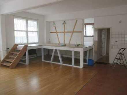 Exklusive, großräumige drei Zimmer Wohnung / Büro, in Althengstett. Geeignet für 1 - 2 Personen.