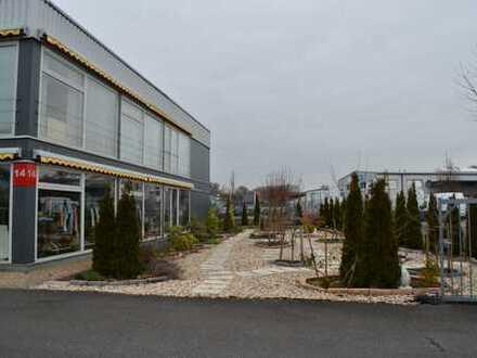 Funktionale Lager- und Produktionshalle mit separatem Büro- und Showroomtrakt