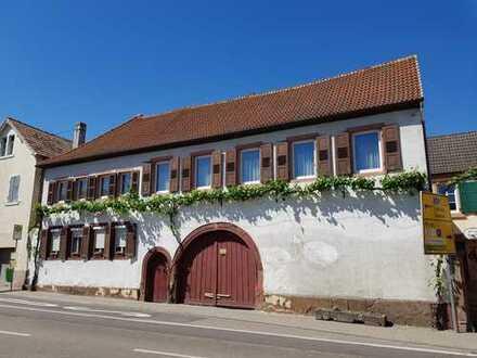Sanierungsbedürftige Immobilie an der Weinstraße