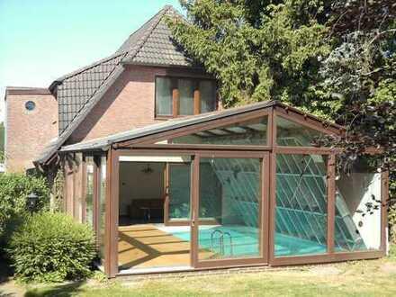 Zweifamilien-Walmdachhaus mit Innenschwimmbad
