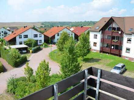 Langenbogen mit Weitblick: Tolle 2-Zi.-Wohnung mit Balkon im Dachgeschoss mit Einbauküche
