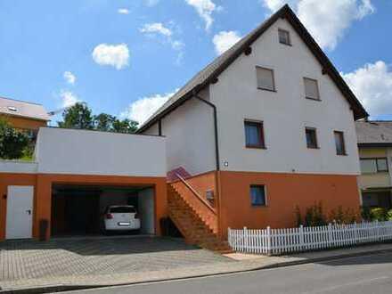 Ein 2-3 Familien-Haus mit acht Zimmern in Karlsruhe (Kreis), Oberderdingen