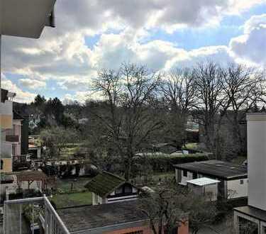 Wohlfühlen inklusive…. Sanierte Altbauwohnung mit großem Sonnenbalkon!