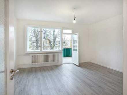 Provisionsfrei: Zwei Zimmer, saniert, Balkon, Wannenbad mit Fenster