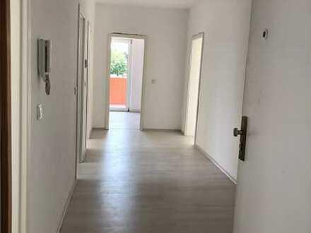 Sanierte, geräumige und helle 2,5-Zimmer-Wohnung mit zwei Balkonen sowie Arbeitszimmer