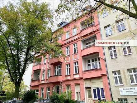 IMMOBERLIN: Adrette Altbauwohnung mit Loggia in mehrfach attraktiver Lage
