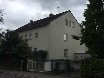 Gepflegte DG-Wohnung mit drei Zimmern und Einbauküche in Regensburg