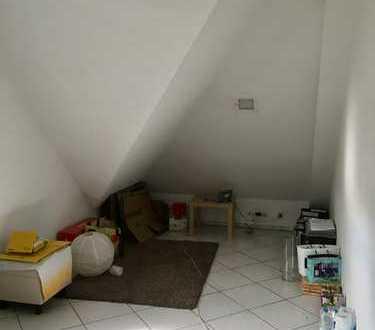 Suche eine berufstätige Mitbewohnerin, großes Zimmer, nichtmöbeliert, in Pulheim ca. 10 Min. von Köl