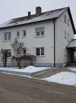 Schöne helle ruige 2,5-Zimmer-Dachgeschosswohnung mit EBK in Bernstadt