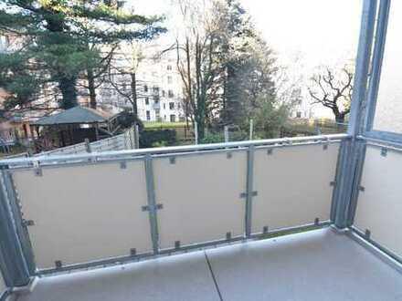 Hochwertig renovierte 2-Raum-Wohnung mit großer Küche und Balkon in den begrünten Innenhof!