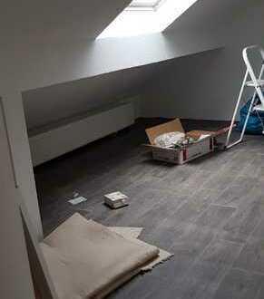 Erstbezug nach Sanierung: freundliche 2,5-Zimmer-Dachgeschosswohnung mit EBK in Weingarten (Baden)