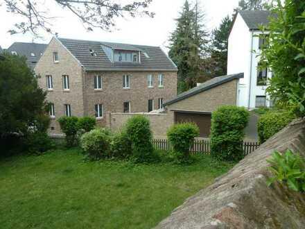 Einfamilienhaus mit Innenhof, Garage und kleinem Garten im Ortskern