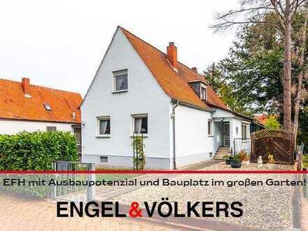 Einfamilienhaus mit Ausbaupotenzial und Bauplatz im großen Garten!