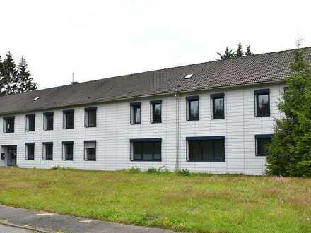 Modernes geräumiges Bürogebäude mit Parkflächen