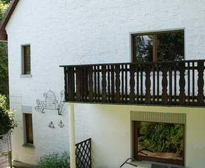 Eine Wohnung wie ein eigenes Haus, mit romantischem Innenhof und zwei Garagen