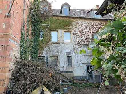 Renovierungsbedürftiges Haus mit großem Grundstück.