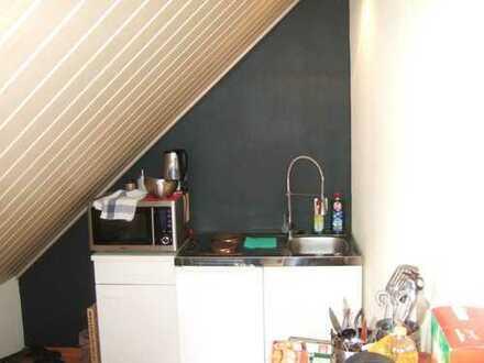 ein helles freundliches Zimmer mit Kochnische