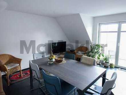 Sicher vermietete Kapitalanlage an der Donau: Frisch renovierte 2-Zi.-Dachgeschosswohnung mit Balkon