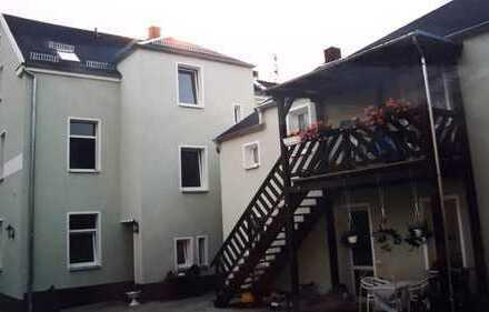 Preiswerte, gepflegte 3-Zimmer-DG-Wohnung mit Einbauküche in Werdau