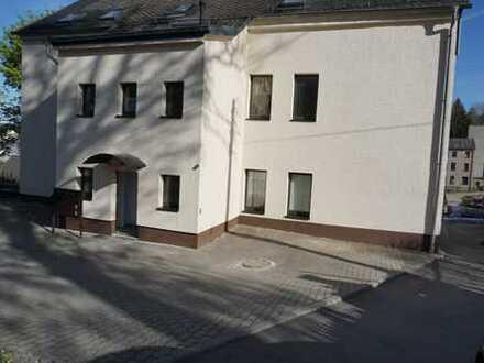 Frisch renovierte 5-Zimmer-Wohnung mit 2 Bädern und Garten in Schönheide
