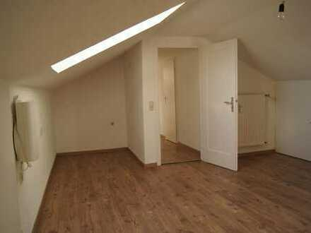 Ruhige 2- Zimmer Dachwohnung in verkehrsgünstiger Lage