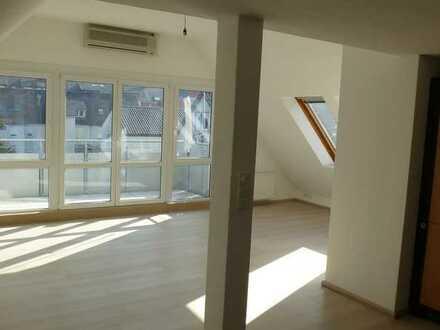 Großzügige 2 - Zimmer-DG - Wohnung in ruhiger Lage in gepflegtem Drei-Familienhaus