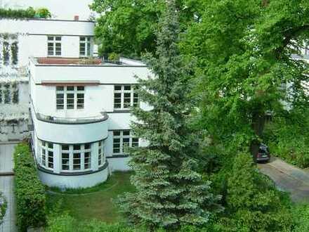 Schöne und sonnige Stadtvilla mit sieben Zimmern, zwei Terrassen und Garten in Hamburg, Harvestehude