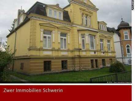 Mehrfamilienhaus-Villa mit 5 Wohnungen, Keller, 2 Balkons, 2 Garagen und Garten in der Stadt Bützow