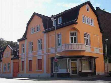 Eckhaus mit geräumiger 5-Zimmer-Wohnung und dazugehörigen Garten