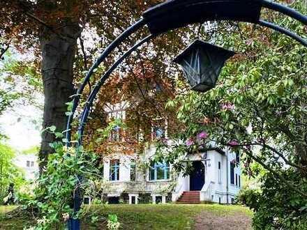 Unweit Rehwiese Nikolassee: ausgesprochen charmante Großvilla mit schön eingewachsenem Garten