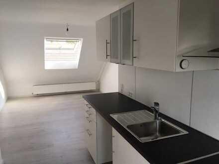 Stilvolle, modernisierte 2,5-Zimmer-Dachgeschosswohnung mit EBK in Singen