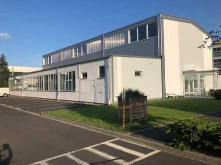 1.267 m² Präsentations- oder Lagerhalle mit kleinem Büro und Podestfläche